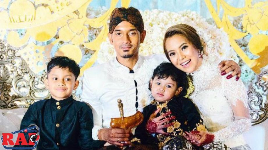 Mawar bersama Raf dan anak-anak pada hari perkahwinan mereka.