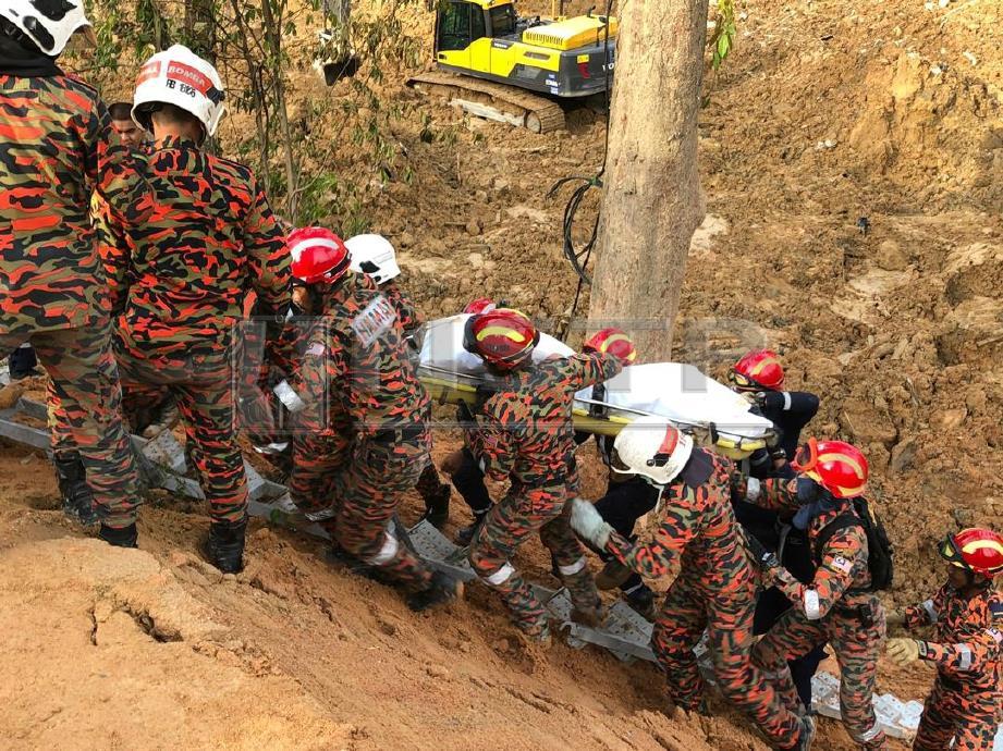 MAYAT kesembilan dibawa keluar oleh pasukan penyelamat. FOTO Ihsan Bomba