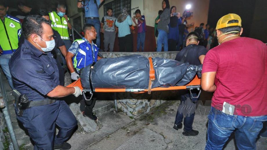 Polis mengusung mayat Nor Hidayah yang ditemui di rumah sewanya hari ini. FOTO Aswadi Alias