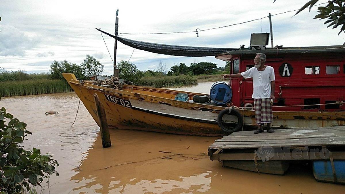 ZAIDI menunjukkan lokasi mayat lelaki ditemui terapung di Sungai Kelantan di Kampung Kesing, hari ini. FOTO Siti Rohana Idris.