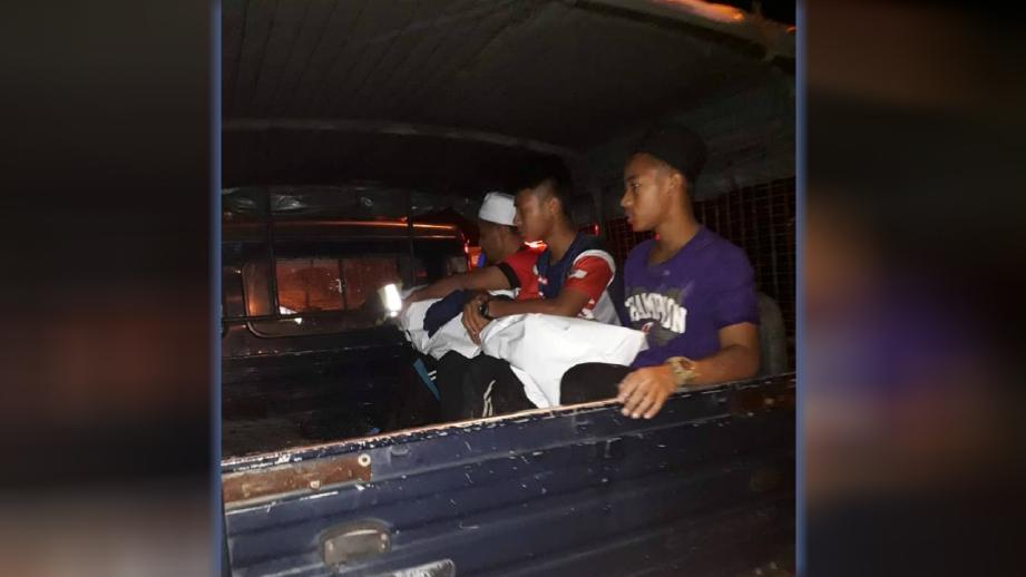 MAYAT mangsa dibawa ke hospital. FOTO Ihsan Polis
