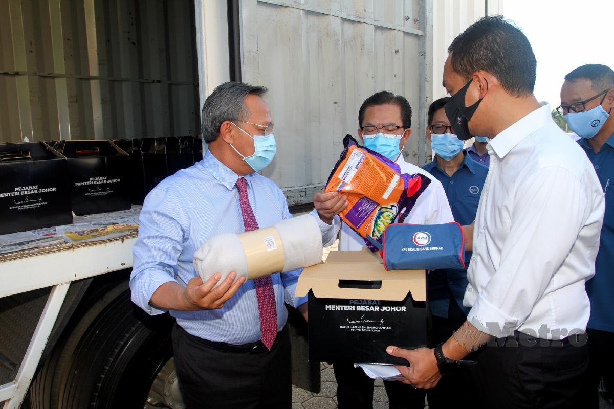 HASNI (kiri) bersama Onn Hafiz (dua dari kanan) serta A Rahim (dua dari kiri) melihat bakul makanan yang akan diberi pada rakyat Malaysia yang terkandas di Singapura akibat Covid 19 selepas melancarkan pelepasan Misi Bakul Makanan kepada rakyat Malaysia di Singapura di Dataran Mahkota Iskandar Puteri Johor. FOTO ZAIN AHMED