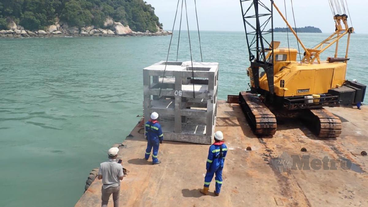 Tukun konkrit diletakkan di perairan Pulau Besar, Umbai. FOTO HASSAN OMAR