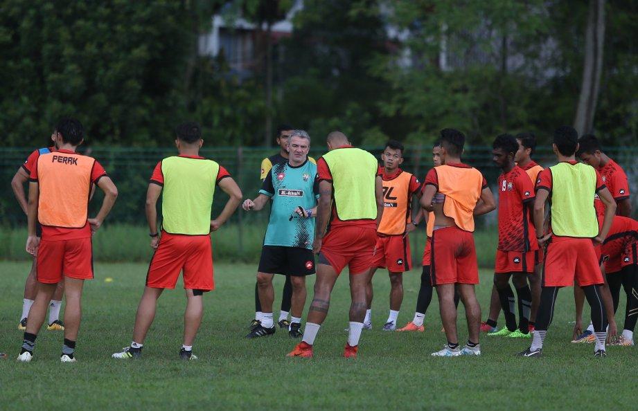 Durakovic (tiga kiri) percaya pemainnya dapat rebut tempat ke final Piala Malaysia. -Foto fail
