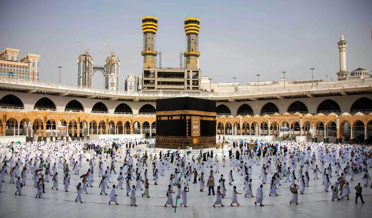 SEMARAKKANLAh kecintaan kita kepada Rasulullah SAW dengan melaksanakan tuntutan dan  terus menyebarkan ajaran yang dibawa oleh Baginda SAW. FOTO AFP