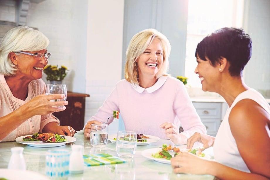 MENJAGA pemakanan dengan pengambilan sayur dan buah-buahan. GAMBAR hiasan