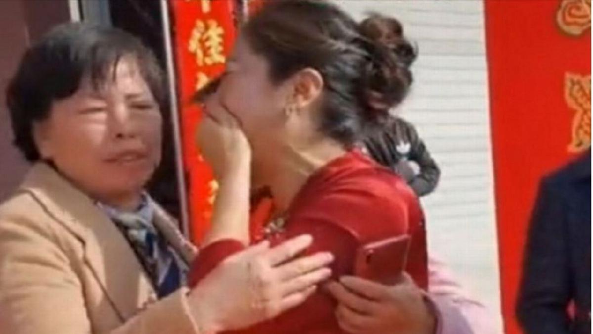 Pengantin perempuan gagal menahan sebak selepas bertemu semula dengan ibu kandungnya ketika majlis perkahwinannya. FOTO Agensi