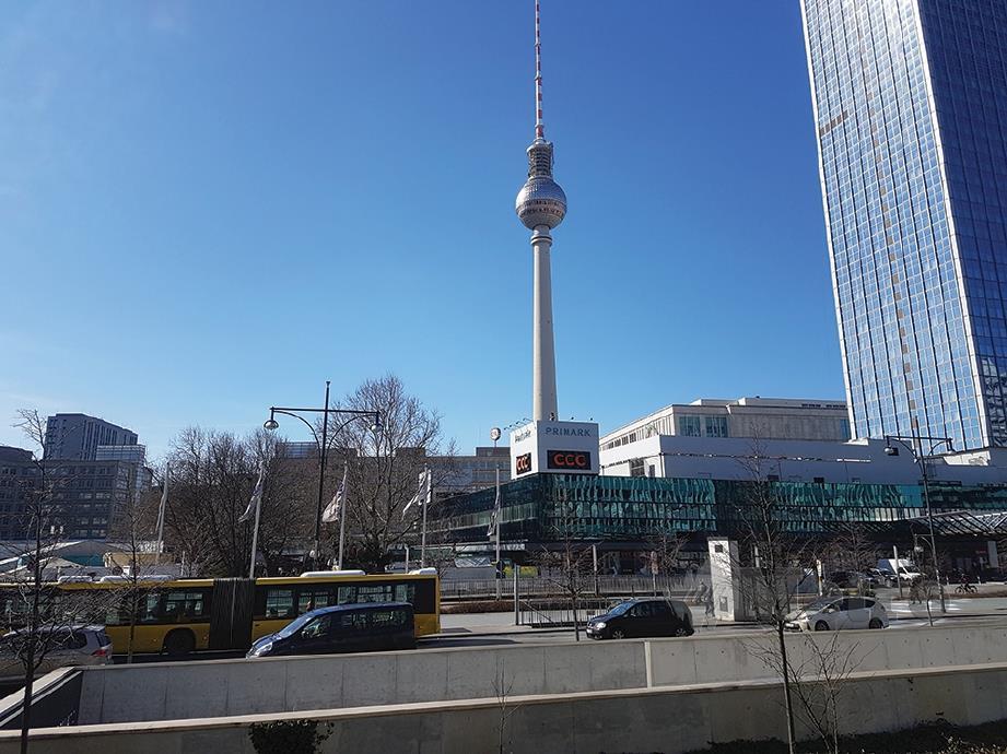 MENARA TV di Alexanderplatz sebagai mercu tanda.