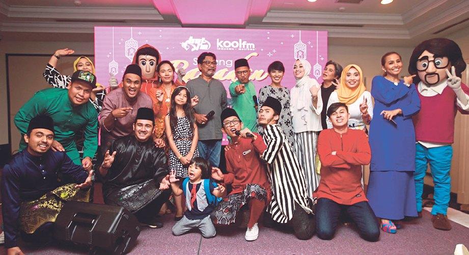 PENYAMPAI Hot FM, Kool FM, pelakon Filem Pendek Hot FM dan Medley Lagu Raya Kool FM bergambar bersama selepas majlis berbuka puasa di TPC Kuala Lumpur, baru-baru ini.