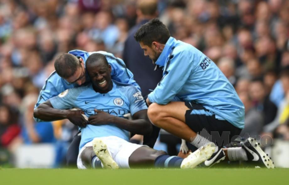 MENDY menerima  rawatan selepas mengalami kecederaan ketika menentang Burnley di Stadium Etihad pada 20 Oktober 2018. - FOTO Agensi