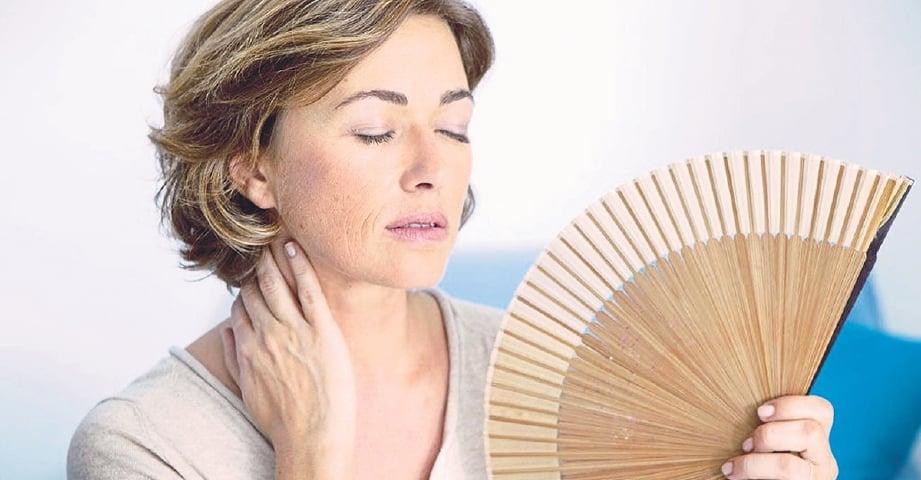 GEJALA pramenopaus buatkan sesetengah wanita rasa panas dan kurang selesa boleh diatasi menerusi rawatan hormon. GAMBAR hiasan.