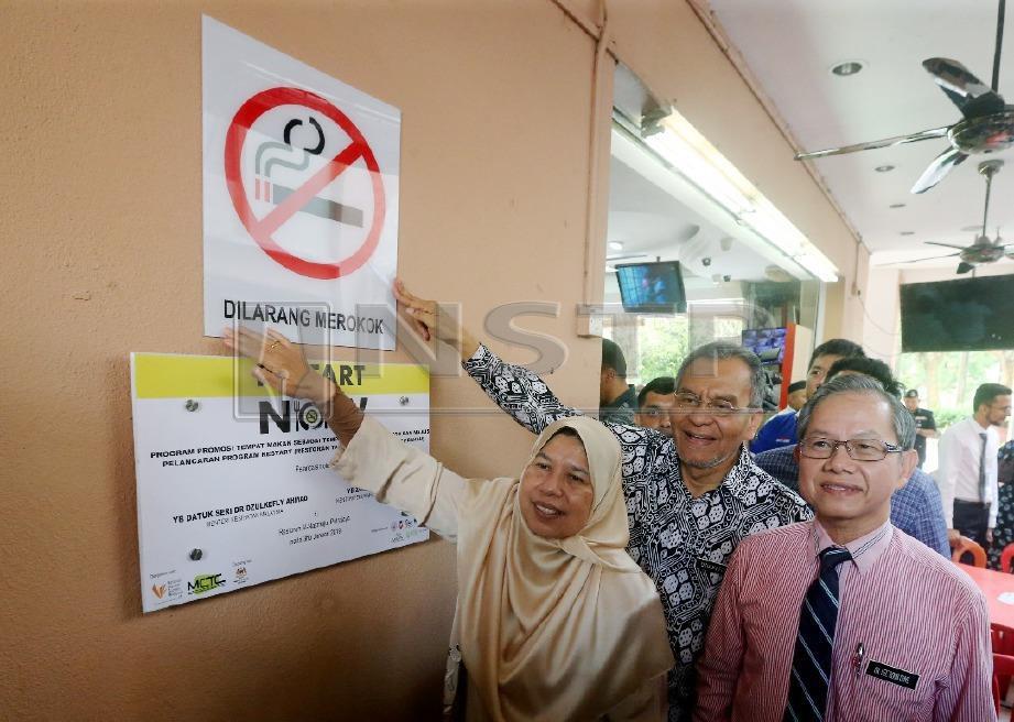 Dzulkefly (tengah) bersama Zuraida dan Timbalan Menteri Kesihatan, Dr Lee Boon Chye ketika melancarkan Kempen Restoran Tanpa Asap dan Tembakau di Putrajaya. FOTO Mohd Fadli Hamzah