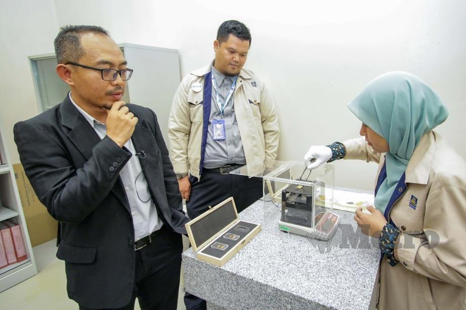 MOHD Fazrulhisyam menunjukkan alat pengujian emas di NMIM, Bandar Baru Salak Tinggi.