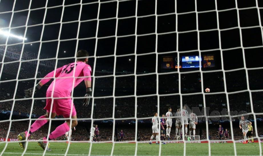 SEPAKAN percuma Messi yang mengatasi benteng dan penjaga gol Liverpool, Alisson di Nou Camp, awal pagi tadi. — FOTO Reuters