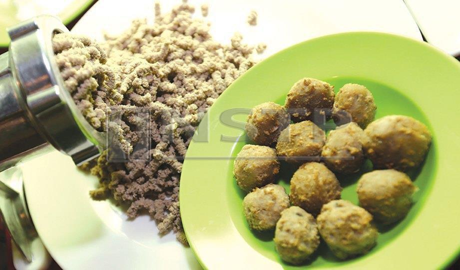 1. KISAR ikan selayang kemudian campurkan tepung jagung dan bentukkan menjadi bebola ikan.