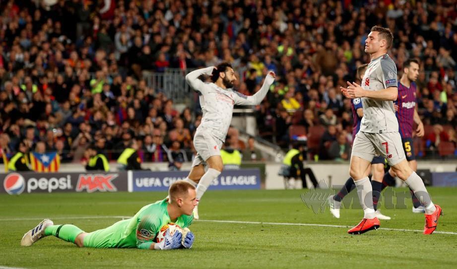 MILNER (kanan) kecewa percubaannya diselamatkan penjaga gol Barcelona, Marc-Andre ter Stegen. — FOTO Reuters