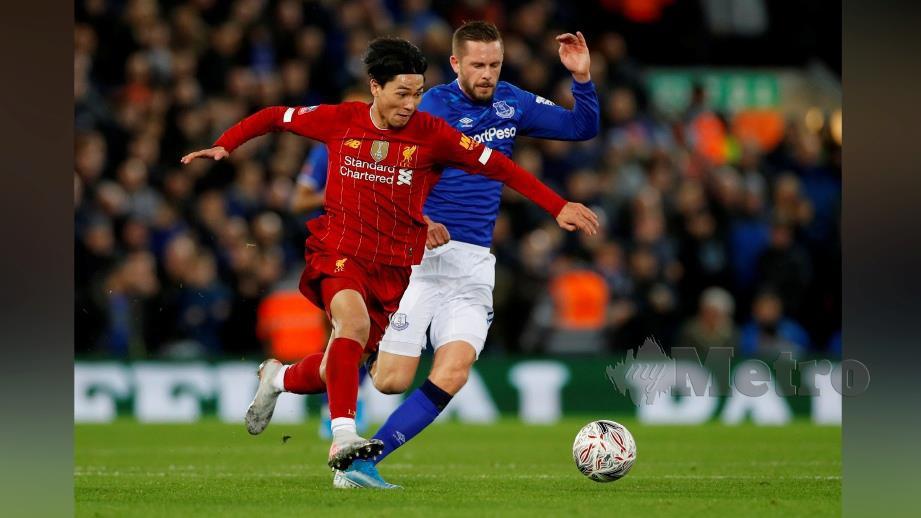 Minamino dicabar oleh pemain Everton, Gylfi Sigurdsson FOTO REUTERS