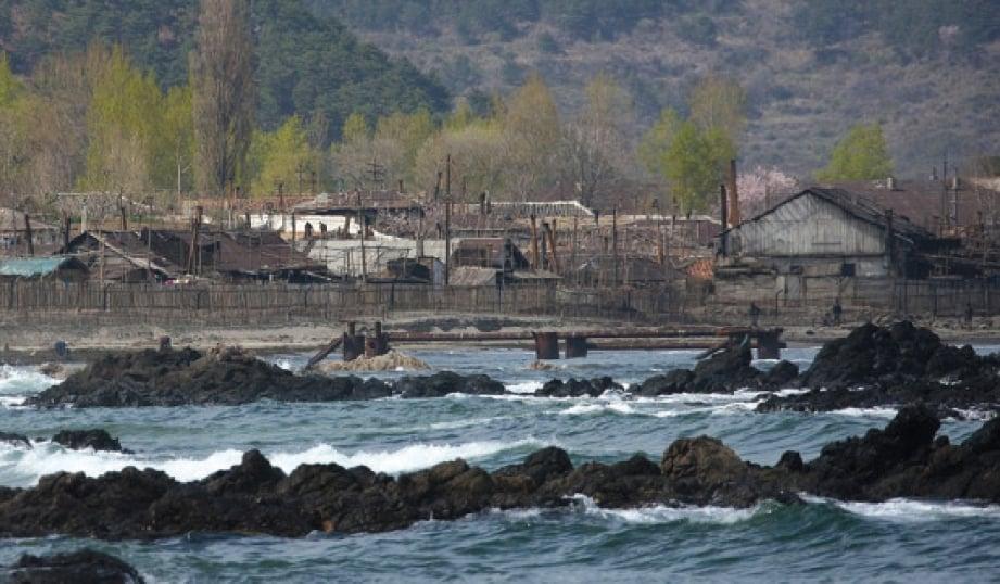 PEMANDANGAN kampung nelayan Jung Pyong Ri.