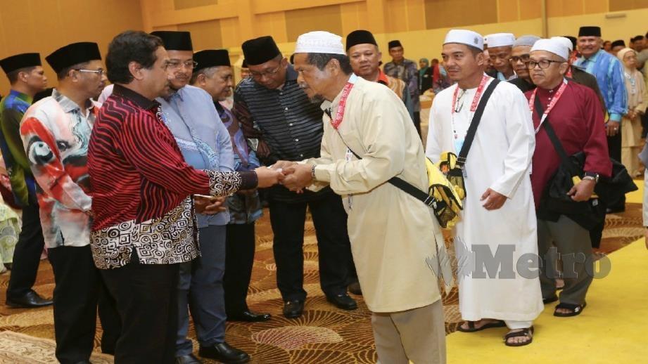 Sultan Mizan diiringi Dr Ahmad Samsuri berkenan bersalaman dan mengucapkan selamat jalan kepada bakal jemaah haji di majlis Pelepasan Jemaah Haji Musim 1440H/2019 ke Tanah Suci di TH Hotel & Convention Centre, Kuala Nerus, malam tadi. Foto Ghazali Kori