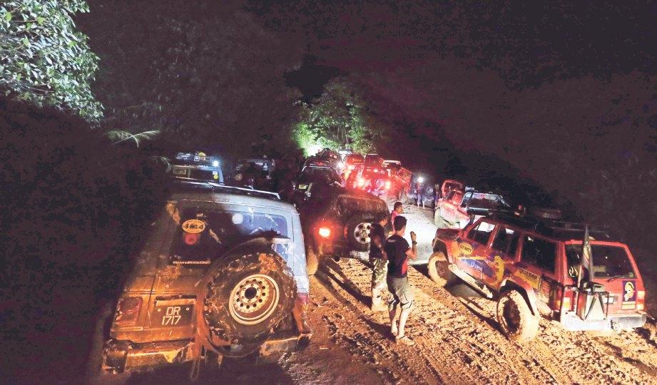 SEMUA peserta konvoi berkumpul selepas mengharungi perjalanan dan terkandas hampir 12 jam dalam hutan.