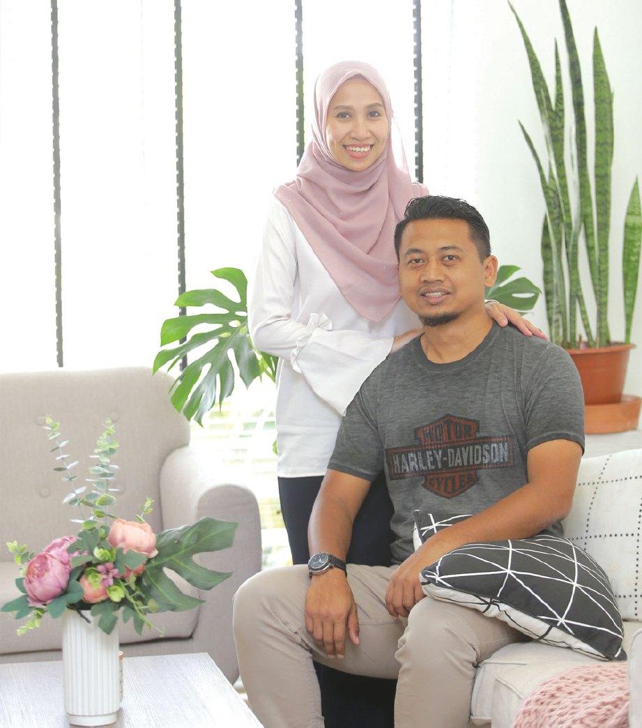 WAN Salfarini bersama suami, Mohd Nizar.