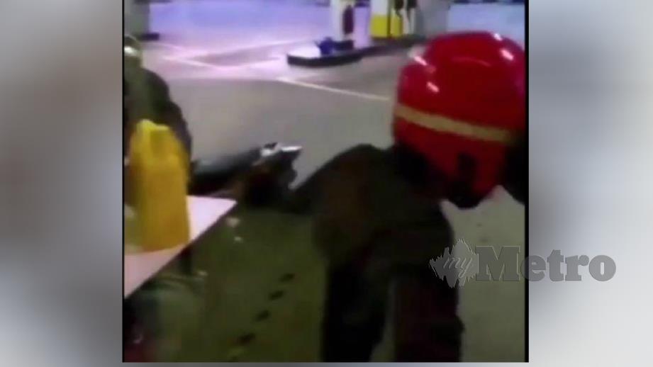 AKSI dua daripada tiga pencuri motosikal dirakam mangsa. FOTO ihsan polis