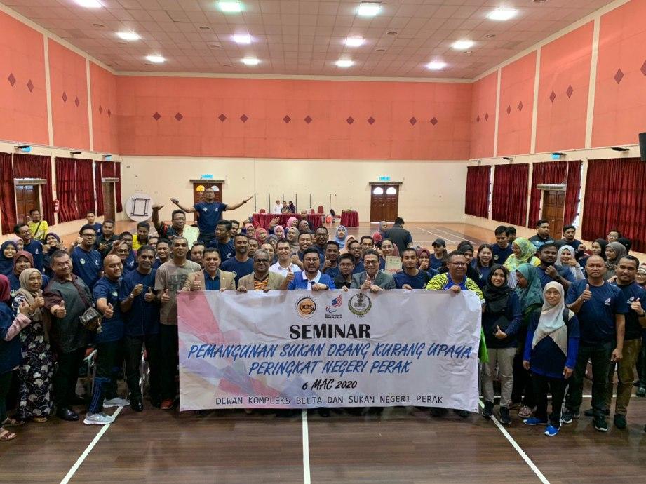 MEGAT (tengah) bersama peserta yang menyertai Seminar Pembangunan Sukan OKU dan Kursus Pengenalan Klasifikasi Sukan OKU Peringkat Negeri Perak di Kompleks Belia dan Sukan Negeri, Ipoh. FOTO Ihsan MPM