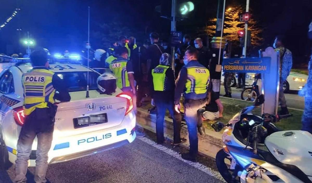 KERETA peronda (MPV) milik Polis Diraja Malaysia (PDRM) yang dilarikan pada Sabtu lalu. FOTO Facebook