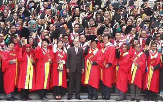 DR Mohd Shukri (tengah) bersama graduan sebaik tamat Majlis Istiadat Konvokesyen ke-17 MSU di kampusnya di Shah Alam, baru-baru ini.