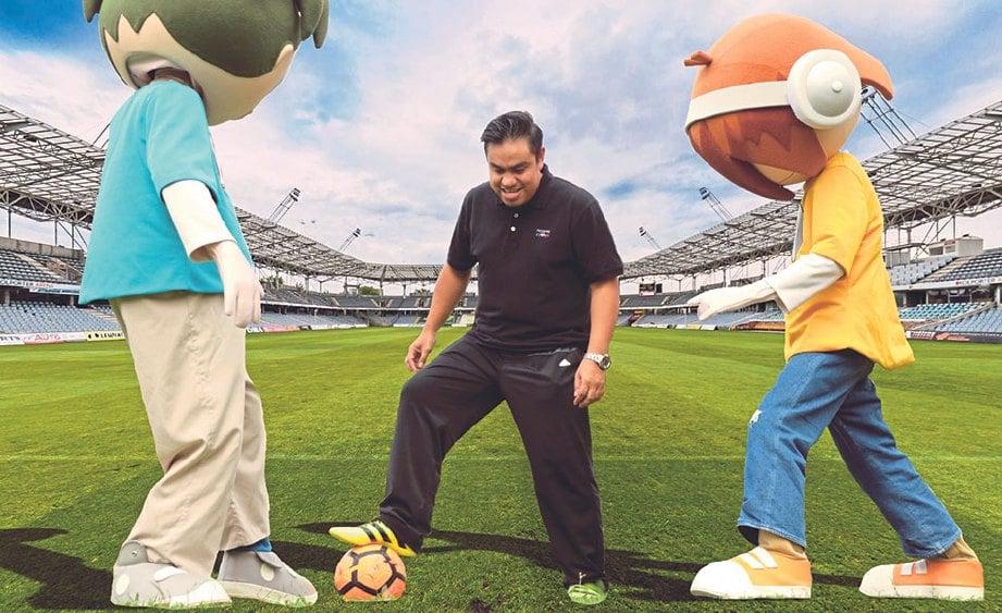 SHAHRUL Nizar menunjukkan aksi bermain bola bersama maskot pasukan bola sepak KidZania KL.