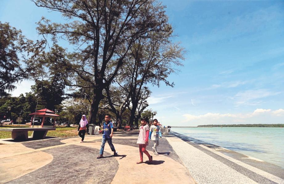 PEMANDANGAN Tanjung Emas Muar yang indah dan diiktiraf antara bandar terbersih di Malaysia. FOTO Syarafiq Abd Samad
