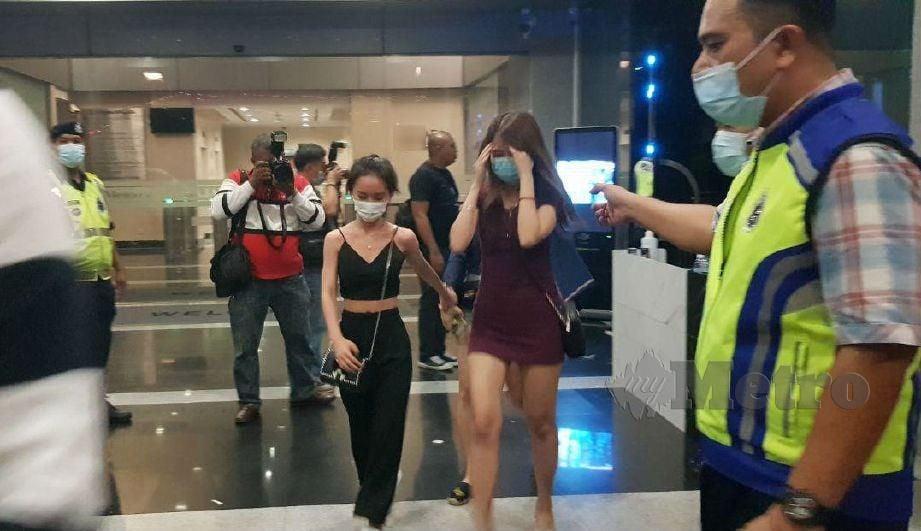 ANTARA pengunjung pusat hiburan yang ditahan polis. FOTO Nurul Hidayah Bahaudin