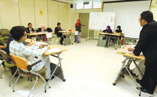 DEBAT kampus antara aktiviti yang boleh disertai pelajar sebagai salah satu usaha memperbaiki penguasaan bahasa Inggeris. - Gambar hiasan.