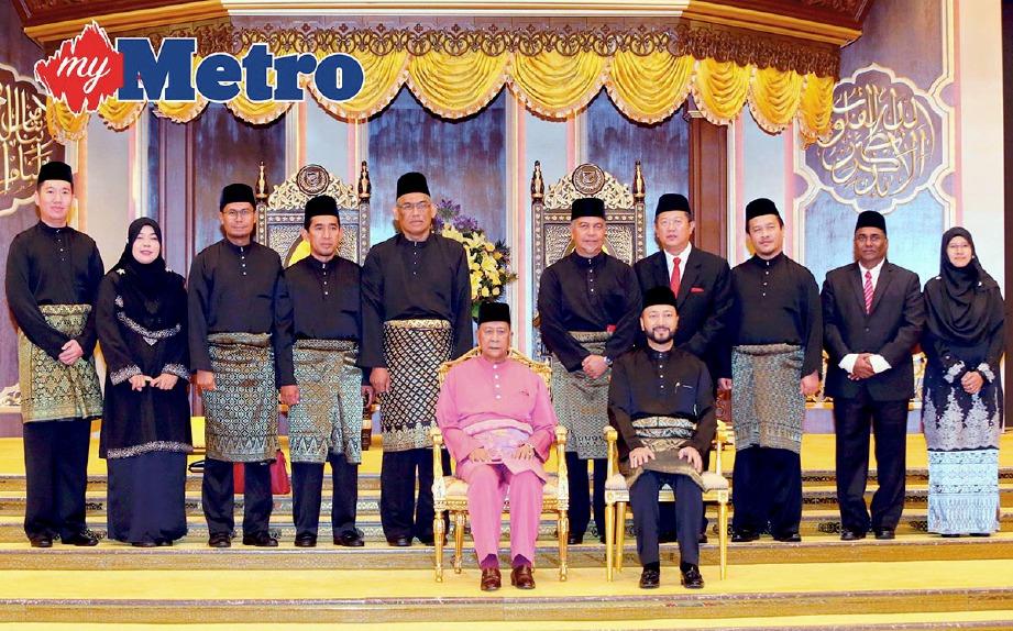 SULTAN Sallehuddin bersama Mukhriz bergambar bersama barisan EXCO yang baharu dilantik pada Majlis Pelantikan Ahli-Ahli Mesyuarat Kerajaan Negeri Kedah di Balairung Seri Besar, Istana Anak Bukit. -Foto AMRAN HAMID