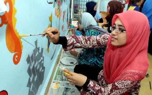 PELAJAR POLISAS melukis gambar kuda laut pada dinding kelas pendidikan khas Sekolah Kebangsaan Semambu untuk menceriakan murid.
