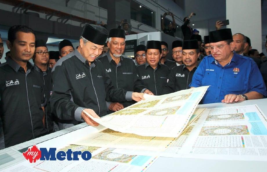 Ahmad Zahid melihat helaian cetakan al-Quran selepas majlis Pelancaran Wakaf Al-Quran Peringkat Kebangsaan dan Perasmian Operasi Percetakan al-Quran di Nasyrul Quran, Putrajaya. FOTO Gambar Ahmad Irham Mohd Noor