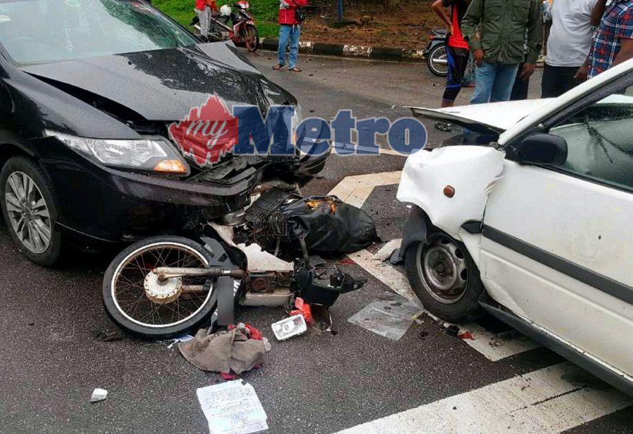Kemalangan yang berlaku di hadapan SJKT Merlimau, Jasin. FOTO ihsan polis