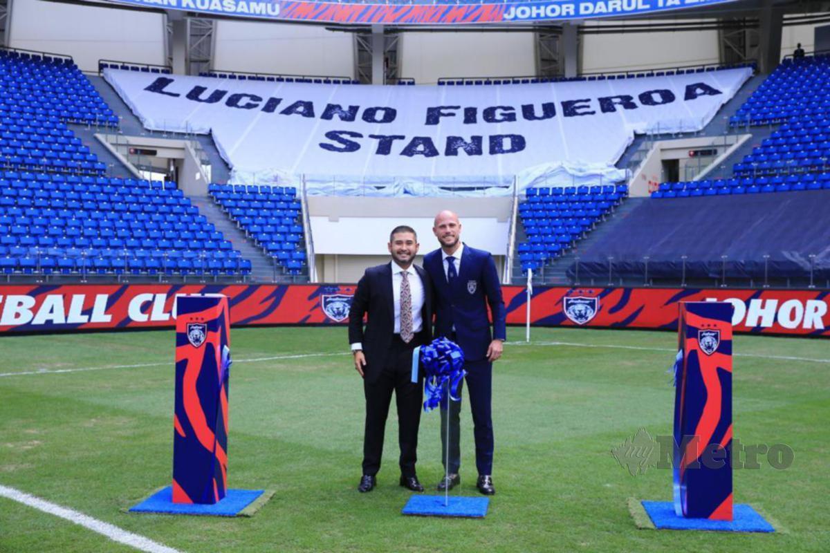 Tunku Ismail (kiri) bersama Figueroa berdiri di hadapan 'Luciano Figueroa Stand ' pada majlis perasmian tempat duduk itu di Stadium Sultan Ibrahim, Iskandar Puteri, baru-baru ini.