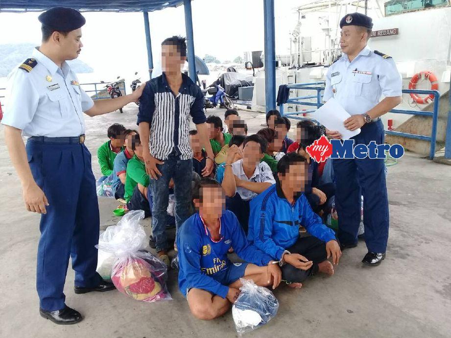 Antara nelayan dipercayai dari Vietnam yang ditahan APMM di Kemaman, Terengganu. - Foto SHAMSUDIN HUSIN