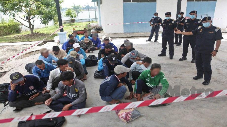 MUHAMMAD Suffi (kanan) dan pegawainya ketika meninjau tahanan warga Vietnam hari ini. FOTO Ghazali Kori.
