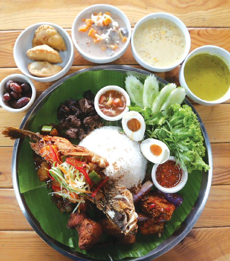 NASI dulang Hang Tuah bersama ikan siakap.