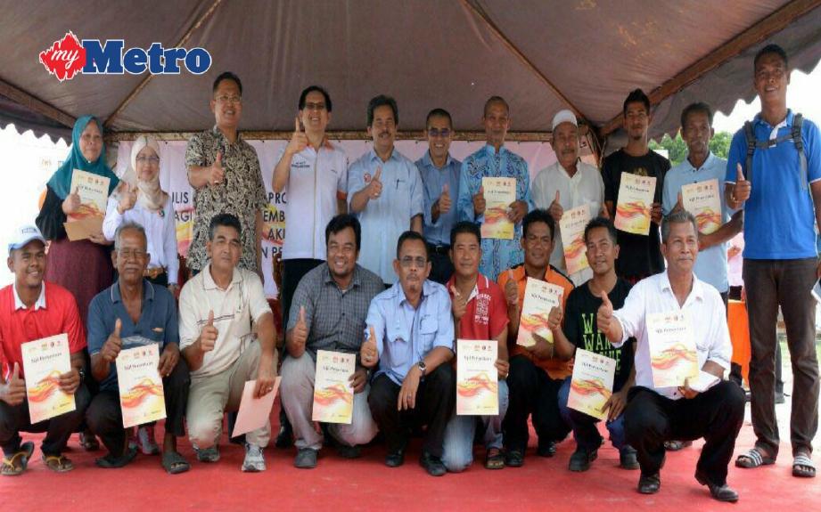 Dr Ramzah (belakang empat dari kiri) bersama sebahagian 20 ahli PPRLL. FOTO Hamzah Osman.