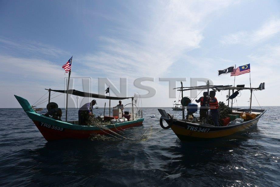 NELAYAN berusaha gigih mencari rezeki di tengah lautan. FOTO Ghazali Kori