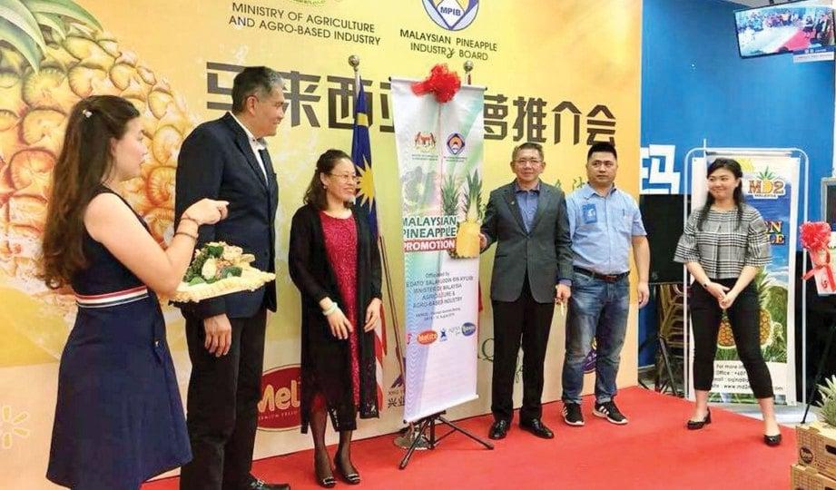 SALAHUDDIN merasmikan program mempromosikan nanas Malaysia di Walmart Beijing, China.
