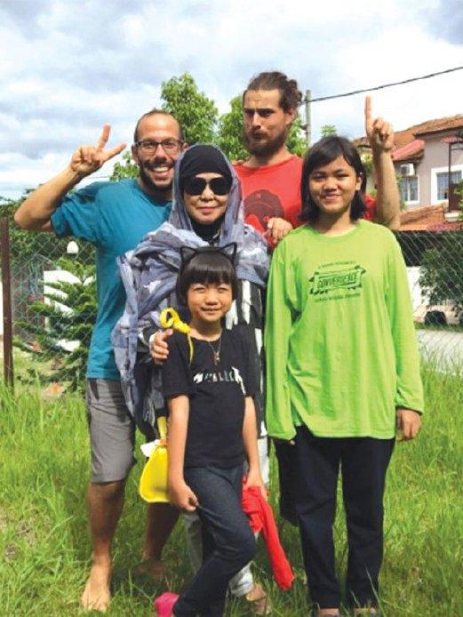 ELMA bersama tetamunya dari Perancis di perkarangan rumahnya di Rawang.