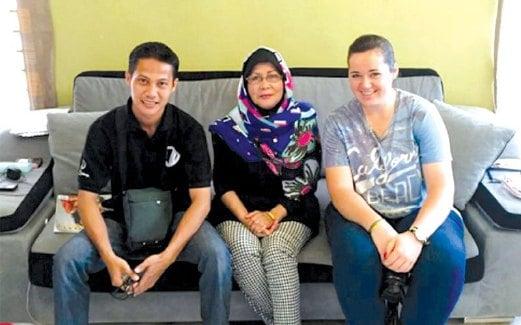 ELMA bersama tetamunya dari Indonesia (kiri) dan Perancis.