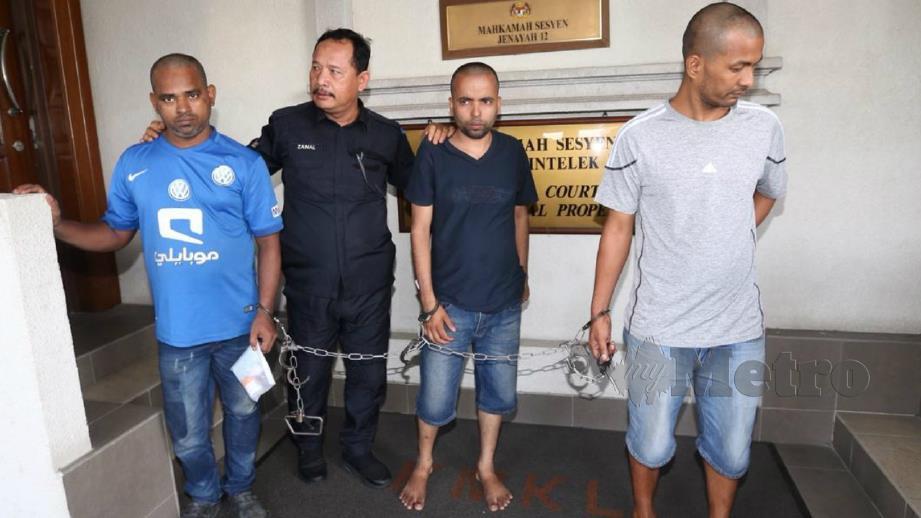 Md Swapan (tiga kiri) bersama Nabaraj BK (kanan) didakwa di Mahkamah Sesyen Kuala Lumpur atas pertuduhan menjual barangan jenama tiruan. FOTO Mohamad Shahril Badri Saali