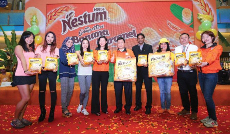 KIRI KE KANAN: Personaliti #BananamelChallenge Karen Siah (pengasas Kia Kaha Fitness), Hunny Madu (artis), Nisa Kay (blogger), Hui Mathews (pengasas Ash Be Nimble), bersama para VIP NESTUM®.