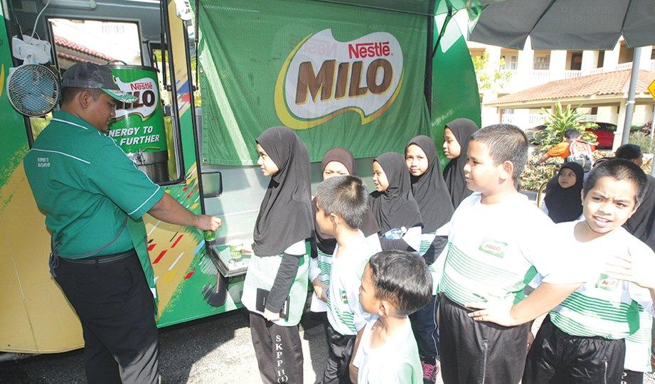 PELAJAR mengambil minuman Milo percuma.