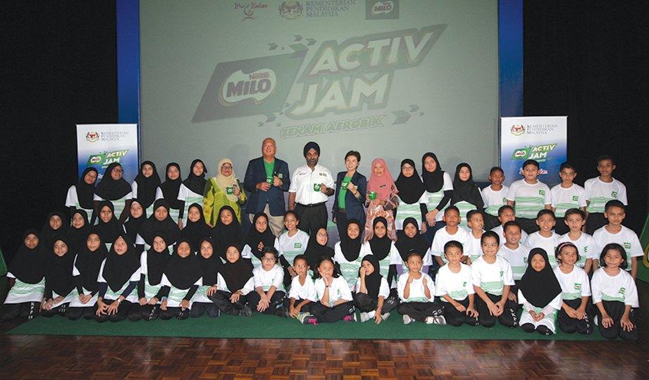 DR MEHANDER dan Ng bergambar bersama pelajar pelajar Sk Putrajaya Presint 11 (1) sempena Program Activ Jam Senam Aerobik KPM-Milo.